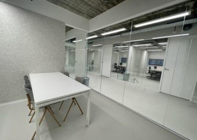 Vergaderruimte met zicht op kantoren